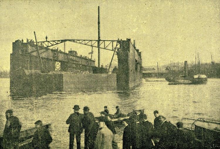El dique flotante de la Habana. Foto de la REVISTA DE NAVEGACIÓN Y COMERCIO. AÑO 1897.jpg