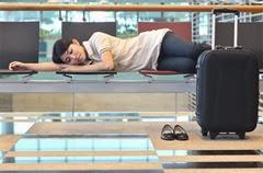 空港で寝る女性