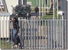 Migranti scappano dal centro di accoglienza