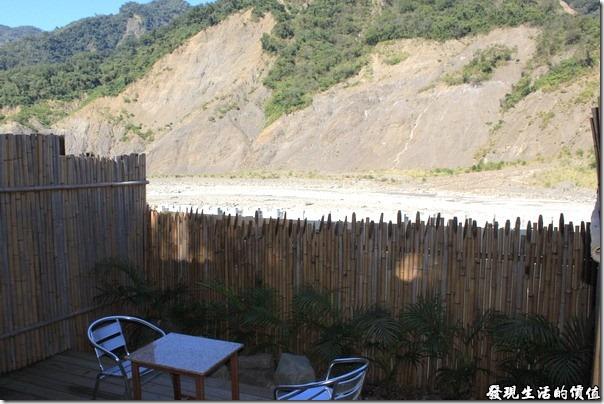 寶來-芳晨溫泉渡假村。從湯屋外看河床及對面的山坡,可以發現山壁上光禿禿的一大片,這些地方要是再有豪大雨,可能還是會坍方吧!湯屋內還有一張小桌子和椅子,泡累了還可以在這裡小憩一下。