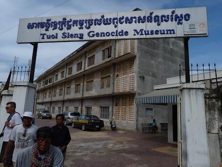Khmerii rosii Phnom Penh: intrare in muzeu