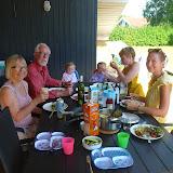 Spisning ved sommerhuset med Faster Mette og Tante Mette, og tvillingerne Marlon og Alba.