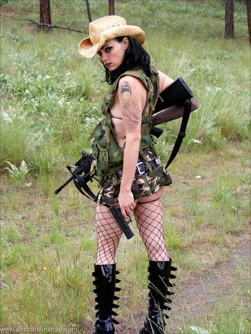 gatas armadas mulheres lindas com armas sexys sensuais desbaratinando (19)