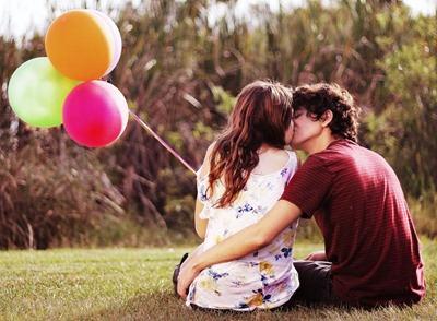 couple on the grass, kiss, balloons 162231
