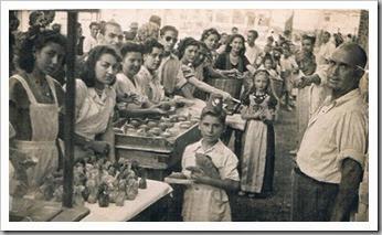 Reparto de panquemados y xocolatà en la plaza de Ruzafa. Foto Raga. Años 40
