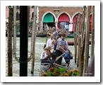 Isso é um Traghetto, uma gôndola com vários passageiros, alguns sentados outros em pé... dá para encarar?!