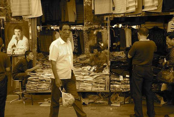 Urumqi - Le passant et les marchands de chemises