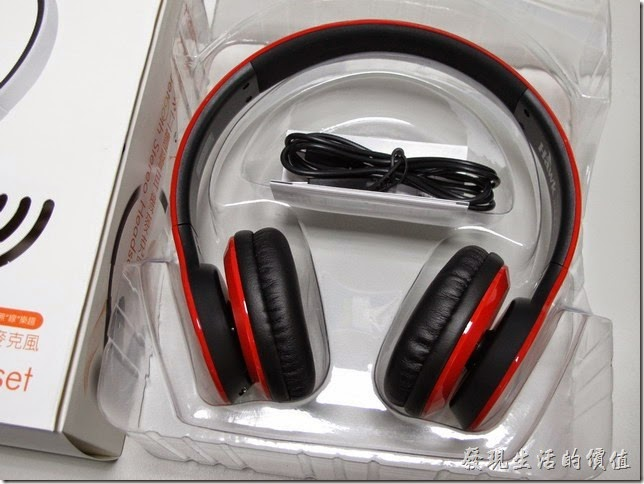 打開包裝之後,用PVC透明材料包覆著耳機。