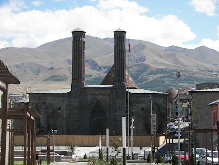 Obiective turistice Turcia: medersa cu 2 minarete Erzurum
