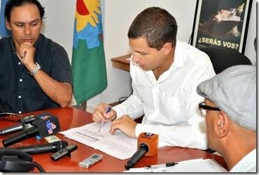 El mandatario local firmó el convenio salarial junto al representante del Sindicato de Trabajadores Municipales