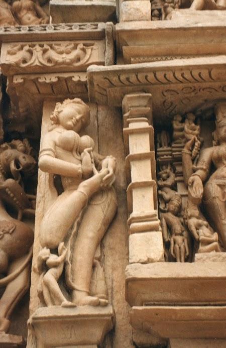 Statui Khajuraho: Fata scotand un ghimpe din talpa.jpg