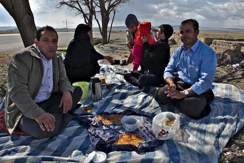 Invitata spontan la masa de o familie de iranieni, de la care am primit si caramelele buclucase.