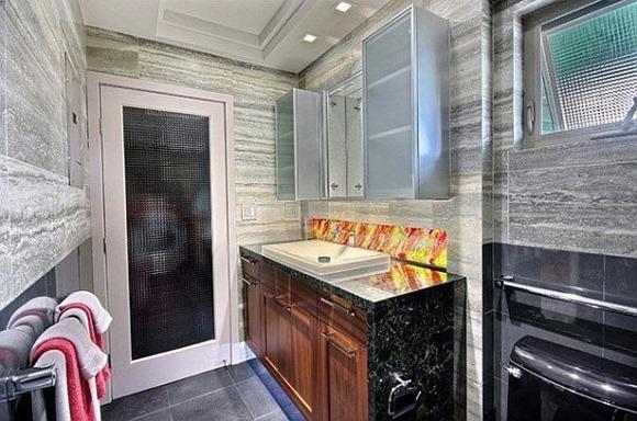 Baño con vidrio fundido y la iluminación LED