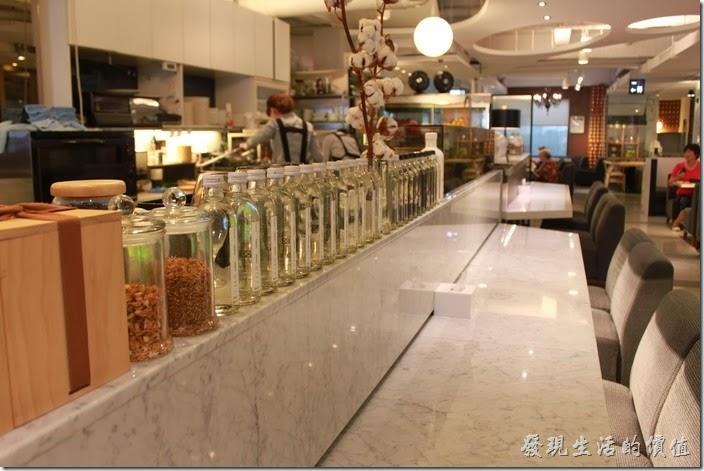 台南-咖啡茶朵Chador。吧台前面的玻璃瓶。