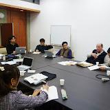 ワークショップにてプロジェクトメンバーと意見を交換するScott氏 / Prof. Scott shared his thoughts and ideas with our project members.