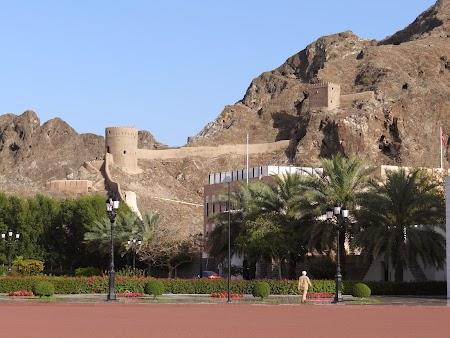 04. Zidurile cetatii Old Muscat.JPG