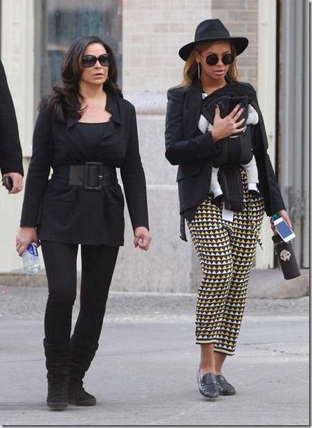 Beyonce Knowles Beyonce Takes Daughter Stroll sSw2KH1t0LNl