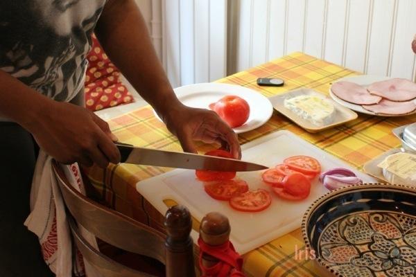 Cuttingtomatoes