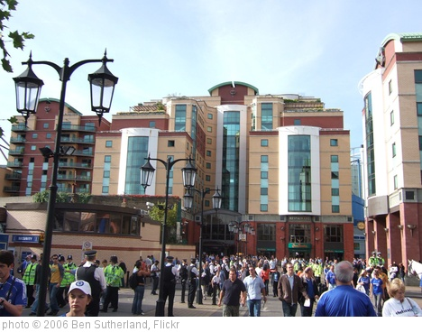 'Fans outside Stamford Bridge' photo (c) 2006, Ben Sutherland - license: http://creativecommons.org/licenses/by/2.0/