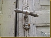 Jendela rumah jaman dulu - handle pintu antik berfungsi juga untuk mengunci
