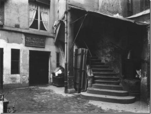 Rue Sauval, 1910 di Eugène Atget