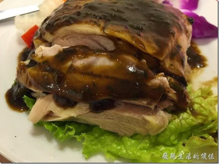 台北南港-北大莊川味館(椒麻雞。這椒麻雞雖然跟我們一般吃習慣的泰式椒麻雞不太一樣,其實有點像白斬雞,但吃起來口感不錯,雖然椒麻味也不怎樣,但雞肉做得很好吃,稍微甜甜的,肉質很鮮嫩。