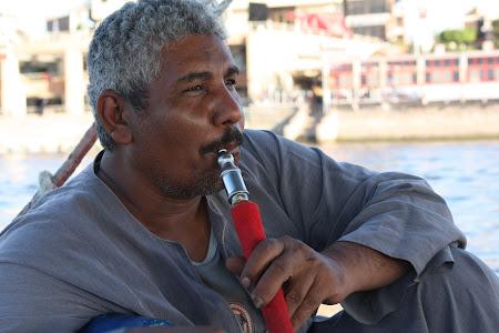 Imagini Luxor: Barcagiu fericit la o shisha