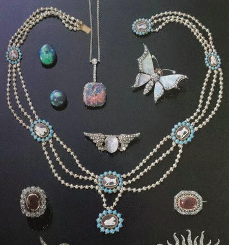 Este collar de camafeos, perlas y turquesas también fue propiedad de la reina María Pía.
