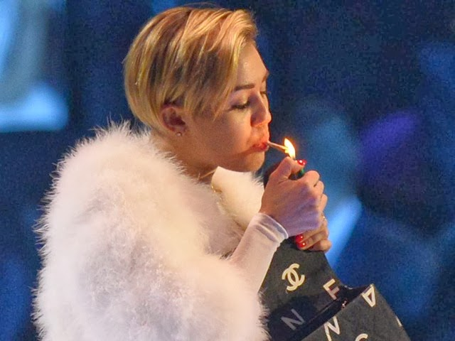 us-censors-miley-cyrus-smoking-pot-while-accepting-mtv-europe-award