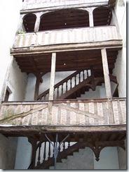 2004.08.28-039 escalier avec balcons à colombages