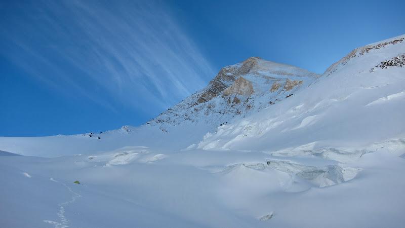 Tabara 2, 5200 de metri, din nou cu piramita varfului 2000 de metri deasupra.
