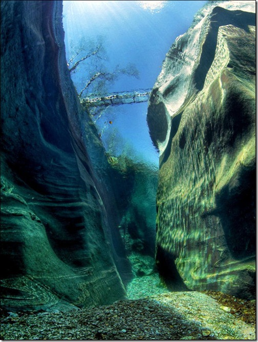 incredibly_clear_waters_of_the_verzasca_river_640_high_02