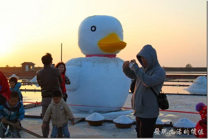 台南-2013井仔腳瓦盤送夕陽。鹽田矗立白色小鴨著一隻白色的小鴨,宛如白色聖誕再臨。沒看過黃色小鴨的朋友,不妨到這裡看白色小鴨也不錯。