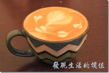 台南-小巷裡的拾壹號。拿鐵與卡布其諾,就不用分哪杯是哪杯了,反正喝起來都差不多,杯子也是大同小異。喝起來有咖啡香,但耐味比較重。