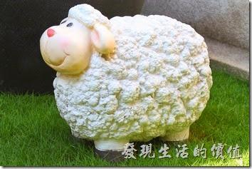台南-L B_Coffee綠色咖啡廳。空中花園有三隻小綿羊,點綴單調的草皮。