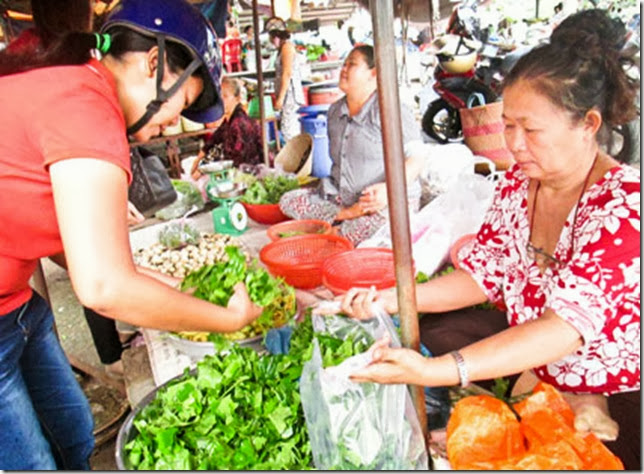 Sạp rau rừng tại chợ Hòa Long -Tp. Bà Rịa