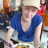 Sidsel spiser nudler med seafood (rejer)