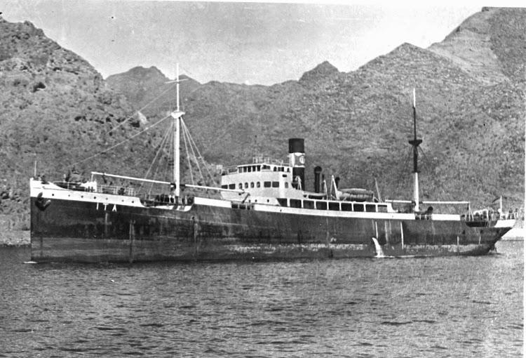 El vapor ITA en un punto indeterminado de las islas Canarias. Colección Juan Padron Albornoz. Universidad de La Laguna.jpg
