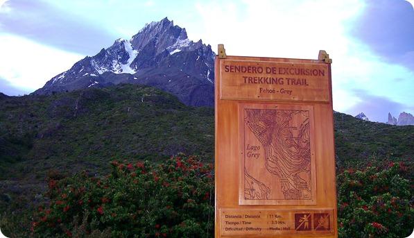 Placa indicando início da trilha Pehoé-Grey com o Cerro Paine Grande ao fundo