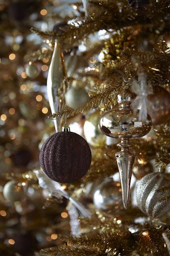 Traditional shapes work well with some of the more decorative ornaments. I love the combination of aubergine glitter and gold tinsel.