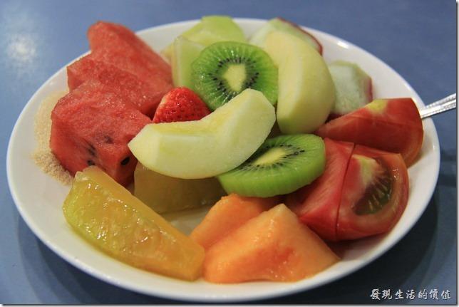 台南-裕成水果店。第二次來點了一盤水果盤,也是NT$100。果然光吃水果比較容易,這一盤我們沒兩下就吃光光了,裡頭有西瓜、楊桃、哈密瓜、蓮霧、奇異果、蘋果、牛蕃茄、草莓,反正就是看當季盛產什麼水果就放什麼,當然盡量包含各式顏色的水果以達到營養均衡的原則。