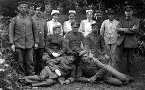 Patienten und Krankenschwestern eines Lazaretts während des Ersten Weltkrieges, Scan vom Glasnegativ, ca. 1914 - 1918