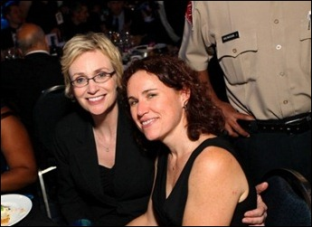 Jane Lynch e Lara Embry