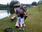 Rafael Pereira e um tamba pra lá de grande com 32 quilos no Pesqueiro Taquari ...vlw pescador