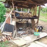 出作り小屋の脇に作られた竈。