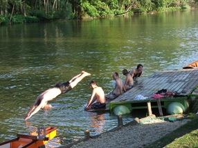 nadando en el campamento dos