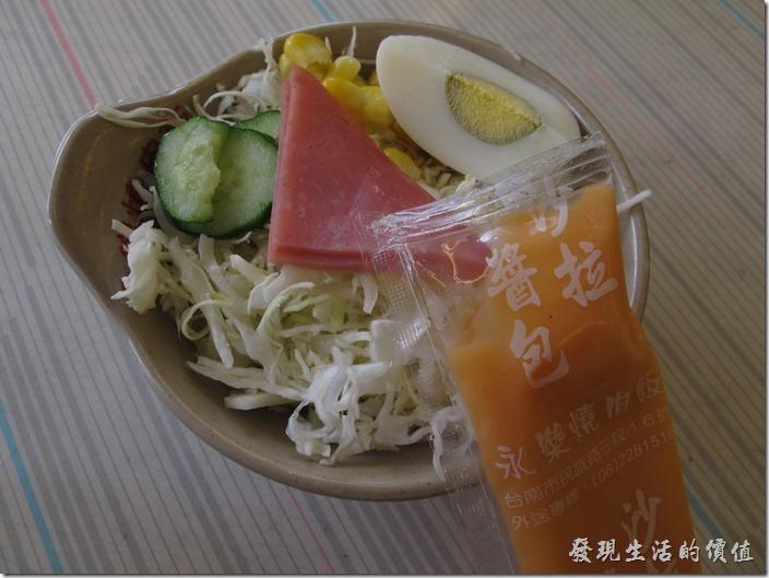 台南-永樂燒肉飯。附贈的沙拉,有四分之一顆的白煮蛋、一片火腿、小黃瓜、玉米粒及切成細絲的高麗菜。