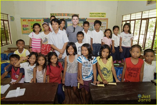 zac-efron-phillipines-trip-02