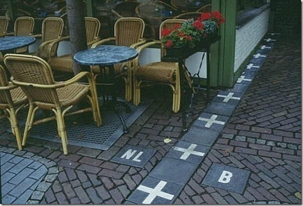 這間咖啡館剛好就位於荷蘭(NL)與比利時(B)的國界。