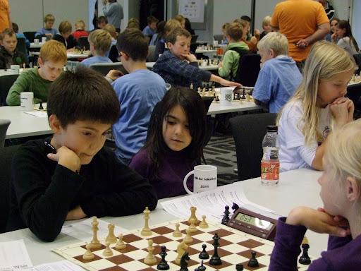 Daniels lillesøster er en ivrig sjakktilskuer.